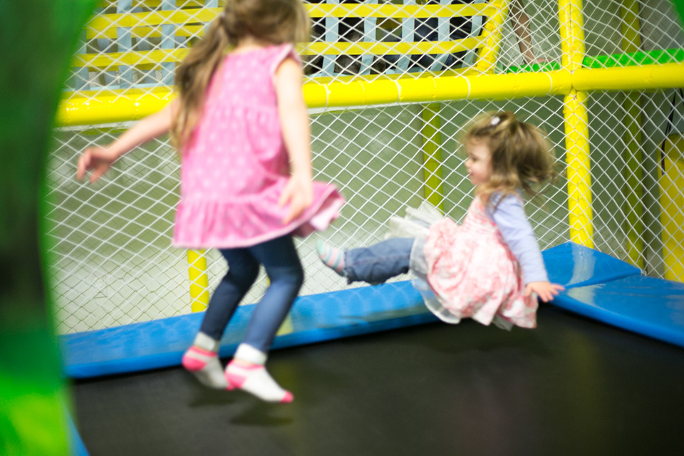 Photo - Fillettes sur le trampoline du Rigolo Sherbrooke